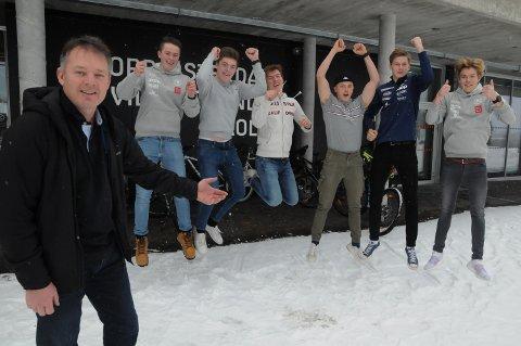 FORTSETTER: Fagleder Kjetil Sæter og hoppende glade elever i Spisset Toppidrett på Nord-Østerdal videregående skole.