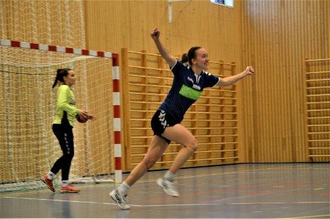 Marte Rosvold  Støvne, som  fortjent strekker henda i været etter nok en skåring mot Lensvik.
