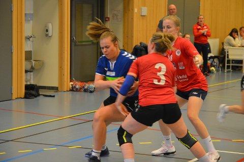 Silje Trygstad Bakås kjemper seg her gjennom forsvaret til Lensvik.