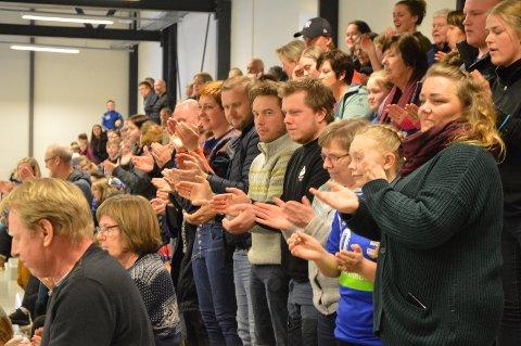 Ellevill jubel i Hovet. Mange som hadde møtt frem for heie frem Damelaget i Ålen. Det ryktes blant motstanderne at i Ålen, der stiller de publikum og jubel!