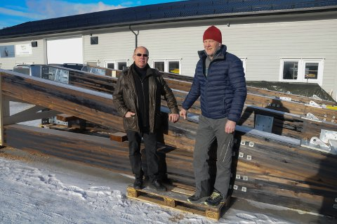 BRUELEMENTER:  Leder Trond Kletvang (til venstre) og nestleder Håkon Fiskvik i Foreningen Nebybruas venner  med tårnene til Neby bru som skal heises på plass.