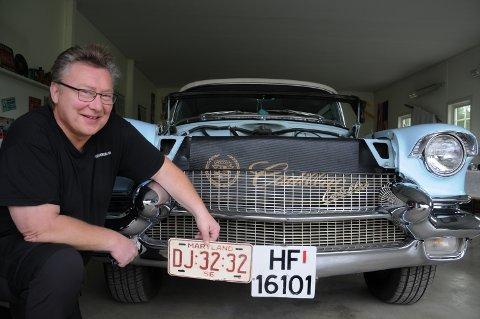 BILENTUSIAST: – Jeg fikk originalskiltet til Cadillacèn fra 1956 i gave av den tidligere eieren av bilen, sier Stig Ottar Gjermundshaug.
