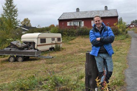 HOLMENHAGEN: Her er Morten Motrøen fotografert ved det som skal bli et boligprosjekt, Holmenhagen, med salgsstart i oktober.