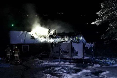 UTFORDRENDE SLUKNINGSARBEID: Slik så det ut natt til lørdag da brannvesenet jobbet med å slukke hyttebrannen.