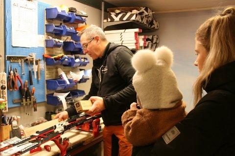 KUNDEN FØRST: For Ole Harald Berntsen er kundene viktigst, her skikunde Aurora med Isak på armen.
