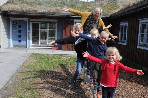 TILBAKE: Både unger og ansatte er glad for å være tilbake i Haverslia barnehage. Eira Dalen Stai (foran), Vemund Løvlien Byvold, Ingulf Bakken Nilsen, James Muhamba, barne- og ungdomsarbeider Monica Lindstad og styrer Grete Storhaug.