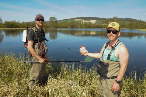 PRØVEFISKE:  Øyvind Lorvik Arnekleiv med det elektriske fiskeapparatet og Jørgen Skei med vannprøve fra en av de mange små sjøene i Tjønnområdet på Tynset.