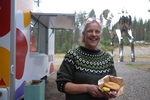 BLID DANSKE: - Vi får mange kommentarer fra forbipasserende langs riksveg 3 om at storfeburgeren vår faller i veldig god smak, sier Bettine Elkrog i Høykassen ved Storelgen på Bjøråa rasteplass i Stor-Elvdal.