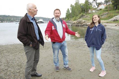 Fiber på Kjærns: - Dette betyr mye for mange på Kjærnes, sier Günther Schnell (i midten). Her sammen med Tom Møller og Tiril Flugstad-Pettersen fra Kjærnes Vel i 2016.