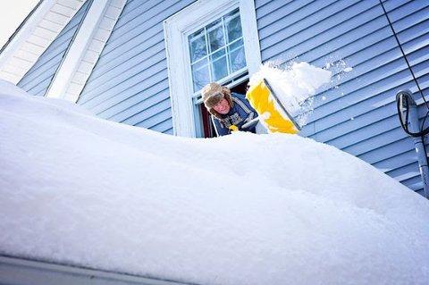 MÅKE: Når det kommer mye snø må også taket måkes. Hvis det ikke måkes, kan det i verste fall kollapse.