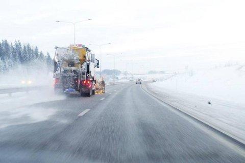 MYE SALT: I fjor ble det brukt rekord mye salt på veiene i Akershus. Politikerne ønsker å redusere bruken, men alternativene er få.