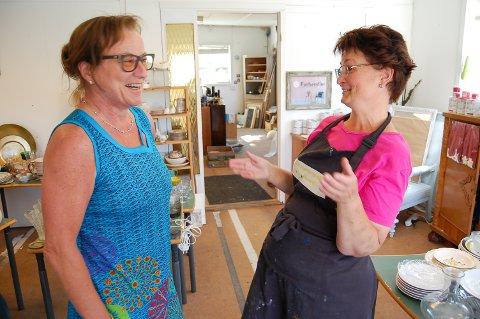 JEG KOMMER!: Karen Engeland (til venstre)fra Ski har hytte på Ønsøy, og tar gjerne en tur når Nina Mathiesen åpner ny butikk på Greåker 1. august.