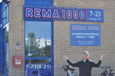 BEKJEMPER KORONAVIRUSET: Steinar Jordet tok over som kjøpmann for Rema 1000 Ås i september 2019. Nå skal både kunder og ansatte beskyttes mot koronasmitte, gjennom installering av pleksiplass i butikken.