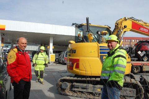 I GANG: Bård A. Granerud fra St1 (til venstre) og Tommy Kvisvik fra Greåker graving & transport starter arbeidet på den gamle Shell-stasjonen i Ski første dag etter påskeferien.