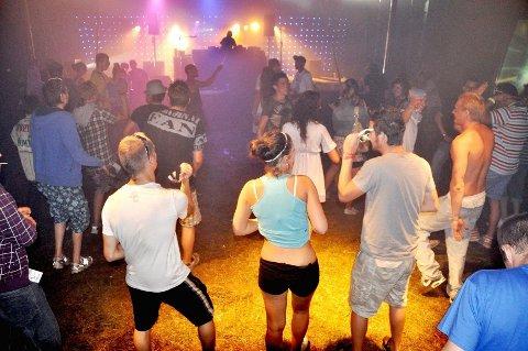 SMITTET: Over 200 mensker var samlet til raveparty i Vestby. Nå vurderer kommuen å gå til anmeldelse.