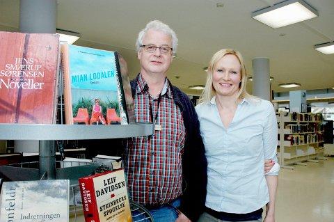 LØRDAG: Elizabeth Stavseth Laheld på Bekkestua har bokprat på lørdager, her med kollega Lasse Christensen.