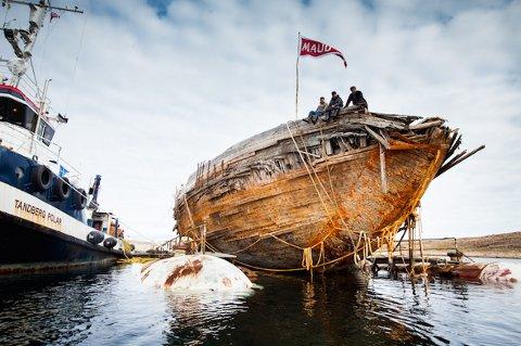 NESTEN HEL VED: «Maud» er hevet i Canada og brødrene Espen, Gudbrand og Franz Tandberg sitter på ripa til båten. FOTO: MAUD RETURNS HOME
