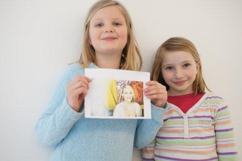 Johanna Huseby (8) og Lillian Algrov (8) viser frem autografen de fikk.