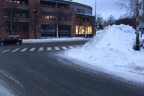 ASKER SENTRUM: Denne snøhaugen i krysset ved Erteløkka-innkjøringen er farlig fordi den sperrer for sikten, mener Arne Matheson, som selv bor i sentrum. Bak på bildet ser man rett mot Alfheim.