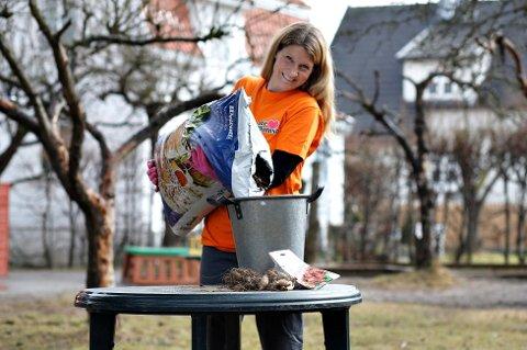 Gartner Veronika Nauf Steinsholt i Nordic Garden forbereder utesesongen. (Foto: Pressebilde/ANB)