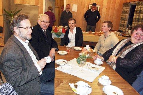 Frå auksjonen i 2010: Ein god prat rundt kaffebordet høyrer med når ein samlast. Frå venstre Odin Hals, Ola Hals, Aksel Ulvund, Tore Ulvund og Aud Halset. I bakgrunnen er det Bjørn Hovde og Knut Harald Drøpping som har ansvaret for kaffesalet.foto: Ingunn Karijord