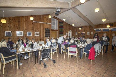 God stemning: De eldre fra Helsetunet fikk kaffe, kaker og god underholdning på det årlige eldretreffet i Odd Fellow-huset.