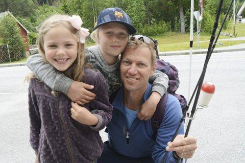 Ida, Albert og pappa Fredrik Hedenstrøm i Team Hedenstrøm vant fiskekonkurransen i fjor.