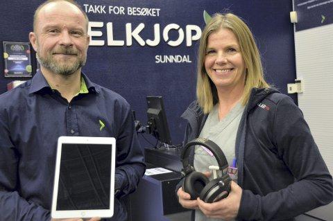 ELKJØPFONDET: Dag Isaksen og Ingunn Innerdal med iPad og headset. FOTO: YNGVE LIE