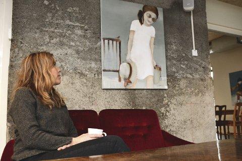 NOSTALGI: – En får en følelse av nostalgi og glede, sier Christin Løkke Løkke i Tingvoll kunstlag. FOTO: YNGVE LIE