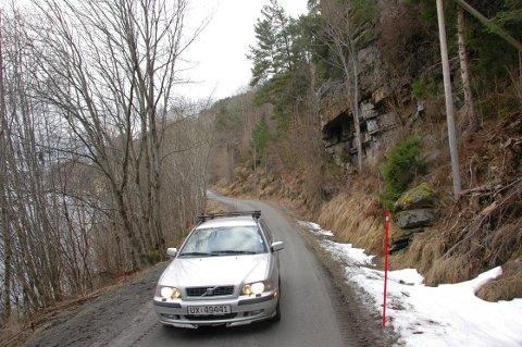 Dette fjellpartiet over Honnhammarvegen langs Ormsetstranda i Tingvoll, bør rassikres snarest, mener Norconsult. De har nå  laget en ny rapport for kommunen etter at ei stor steinblokk raste ut her i desember.