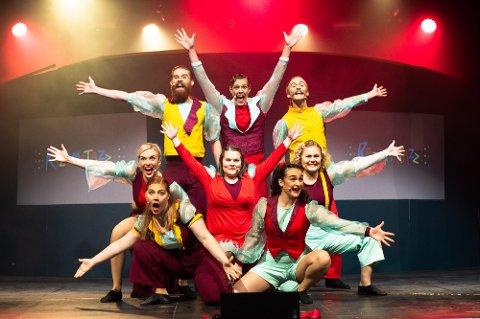 Det er denne gjengen fra Studentersamfundets Interne Teater som står på scenen under årets UKErevy.