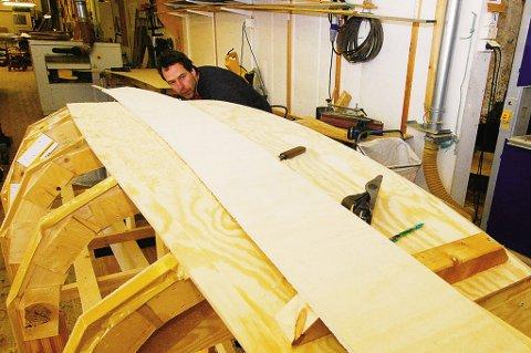 Ulli Neumann er utdannet glasilog og  statdig på reisefot i isødet for å gjennomføre målinger av ymse slag. Lysten til å lære seg et handverk har imildertid vært der hele tiden. Ved Risør Trebåtbyggeri  holder han for tiden på med svenneprøven,  nemlig en slepejolle som blir 2,40 lang og 1,10 m. bred.