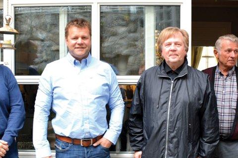 NYE KLUTER: Lasse Fosby representerer den nye utbyggeren i Flsivika, Kamperhaug Invest AS, mens Jan Gunnar Halvorsen er en av tre grunneiere som nå har inngått avtale med utbygeren. Helt til høyre står en annen grunneier, Rolf Sivertsen.