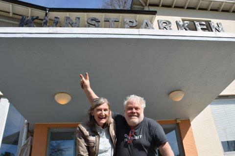 TOSPANN: Den nye lederen av husstyret i kunstparken, Anne Aanerud (t.v) har overtalt Arnfinn Strand til å satse videre på kafédriften i kunstparken. Etter lang betenkningstid, og forhandlinger med kommunen, har Strand besluttet å prøve ett år til, i første omgang. Foto: Hans Petter Bjerva