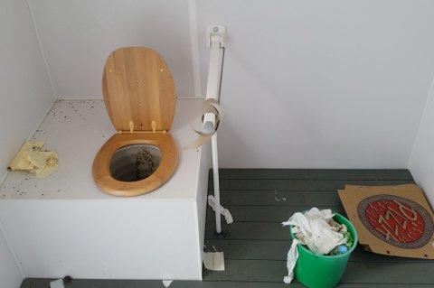 HAR INGEN VÆRT INNOM? Seks måneder senere, i påsken 2015 ligger samme pizzaeske fortsatt på gulvet på toalettet i Breibukt. For dårlig, mener Rehoff Larsen.