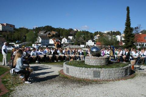 Det dundret ut fra fredsparken i formiddag da over 100 elever fra Risør ungdomsskole tok hendene fatt og hamret inn fredsbudskapet over byen. (foto: aktive fredsreiser)