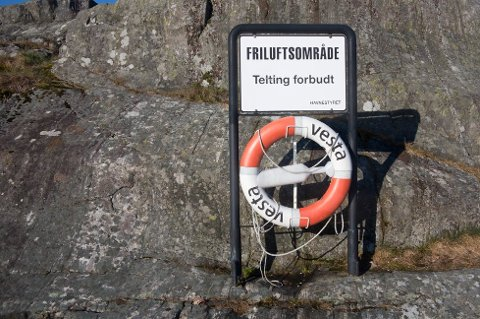 DEN GANG DA: Dette skiltet hang sto på Lille Danmark frem til i fjor sommer. Nå tillates det for telting på blant annet Lille Danmark.