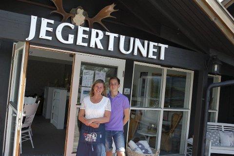 Mor og sønn: – En av grunnene til at vi ønsket å drive Jegertunet var at vi kunne tilby barna våre sommerjobb, sier Ingunn Engebretsen (47). Her med sønnen Sander (16).