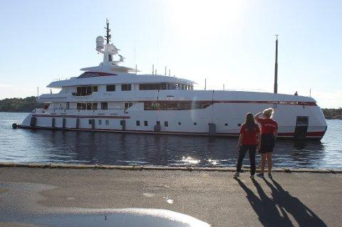 TATT IMOT: Havnevertene i Risør kunne gi klarsignal til Forever One om å legge seg til på Dampskipsbrygga. Der blir båten liggende noen timer.
