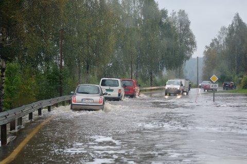 Store vannmengder: De store vannmengdene gjør at det tidvis oppstår kø på Gjerstadveien ved Mo. Foto: Christina Tveit