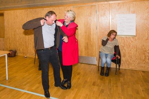 Kjell Trygve Grunnsvoll får hjelp av Inger Løite med jakka. Den hjelpen trenger han også om han skal sitte med ordførerkjedet i fire nye år.
