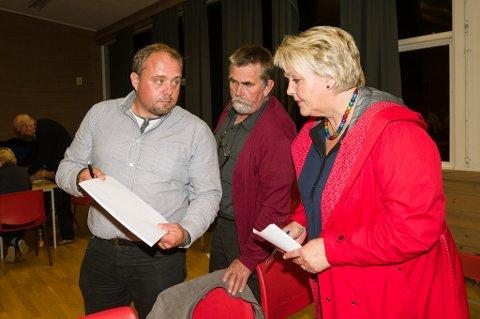Kjell Trygve Grunnsvoll viser fram tallene fra de som har stemt denne mandagen til Inger Løite.