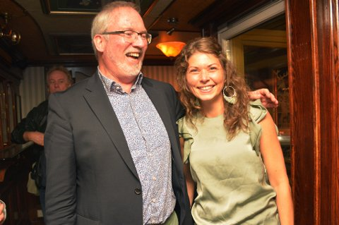 STERKT VALGRESULTAT: Arbeiderpartiet i Risør passerte 40-tallet da partistemmene var talt opp. Det gir dem 13 mandater i bystyret. Per Kristian Lunden og andrekandidat Elen Lauvhjell er strålende fornøyde på Peterhead i kveld.