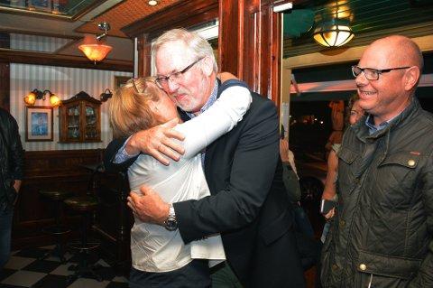 EN GOD KLEM: Etter en lang og intens valgkamp får Per Kristian Lunden en god klem av kona Inger Homme på valgvaka på Peterhead.