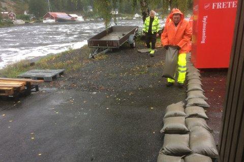 Kommunen har igangsatt strakstiltak for bebyggelsen på Søndeledtunet, og holder på å legge ut tusen sandsekker.