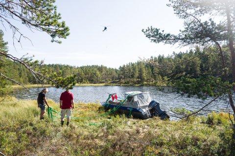 En sonarbåt ble tirsdag fløyet inn til Meseltjønn med helikopter for å søke etter den savnede. Foto: Tore Myrberg