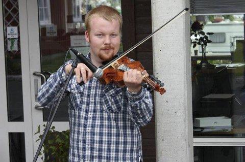 Marius spelmann: Med sin hardingfele gikk risørgutten Marius Monrad til topps under Setelsdalskappleiken i helga.