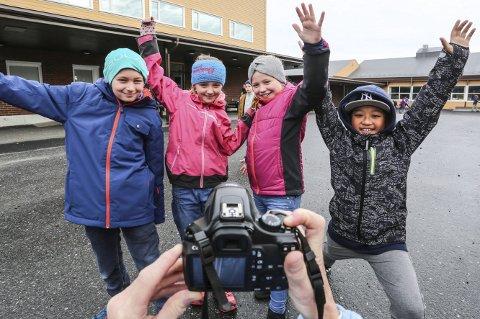 Se og lær: Fjerdeklassingene Magnus Beisland Haugen (t.v.), Live Nordal Danielsen, Tilde Frisch og Simen Deeku elsker å stå foran kamera. Filmene som de og resten av klassevennene lager, blir sett av vennskapsklassene i Belgia og Tsjekkia. Foto: stig sandmo