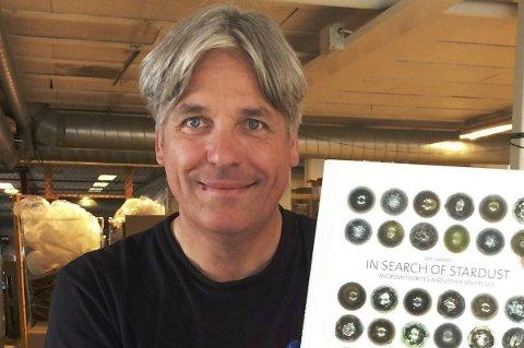 JAKT: Jon Larsen er jazzkusiker og stjernejeger. Et av hans vakreste mikrometeoritt-funn fant han da han besøkte Risør i vår. Nå er mannens jakt blitt bok.Foto: Privat
