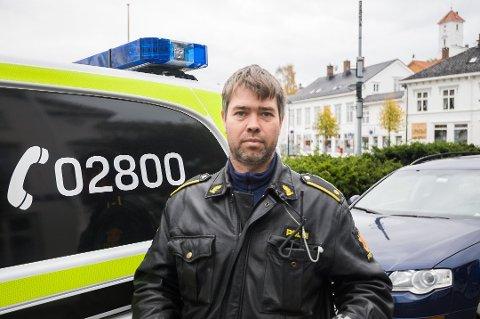 Morten Tobiassen ved Holt lensmannskontor sier politiet i Risør ikke opplever flere hendelser til sjøs enn i fjor, på tross av stor trafikk. Han ber folk være ekstra obs på mørke sommerkvelder fremover.